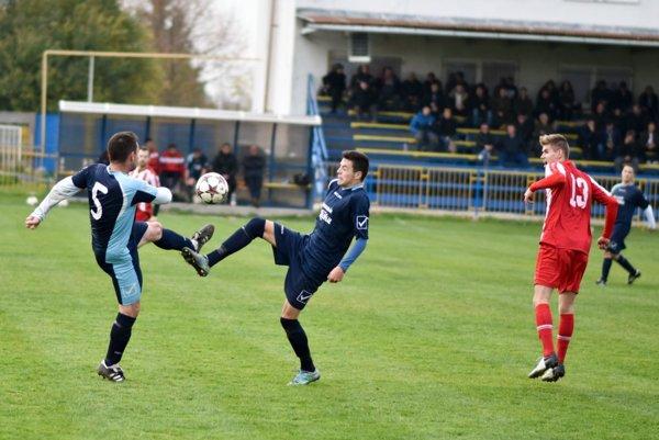 Futbalisti Zbehov (v modrom) po nedeľňajšom úspechu v Radošine tentoraz vyšli doma naprázdno.