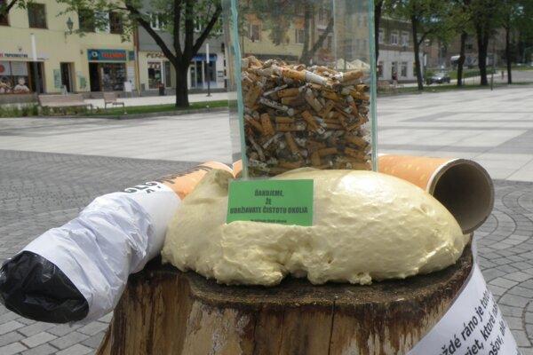 V júni v centre Handlovej zbierali špaky a ukázali, koľko ich fajčiari odhodia.