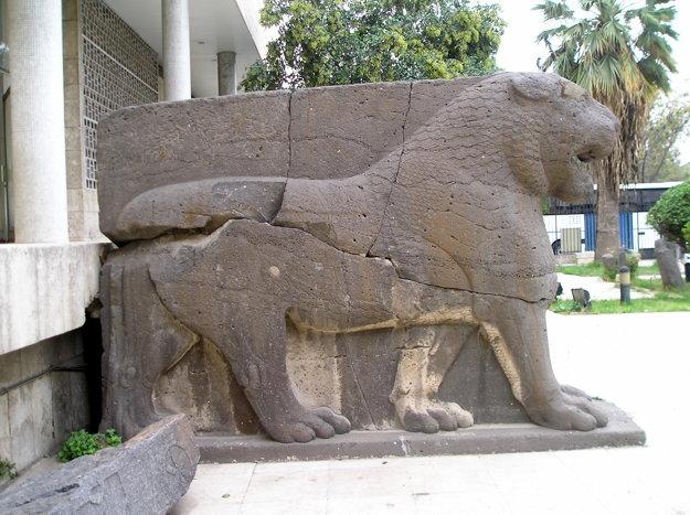 Kamenný lev, ktorého zničili teroristi.