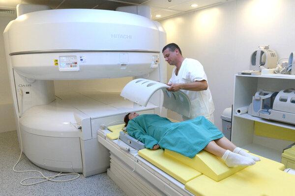 Pacienti najviac oceňujú nemocnicu v Košiciach Šaci. Na zábere vyšetrenie magnetickou rezonanciou.
