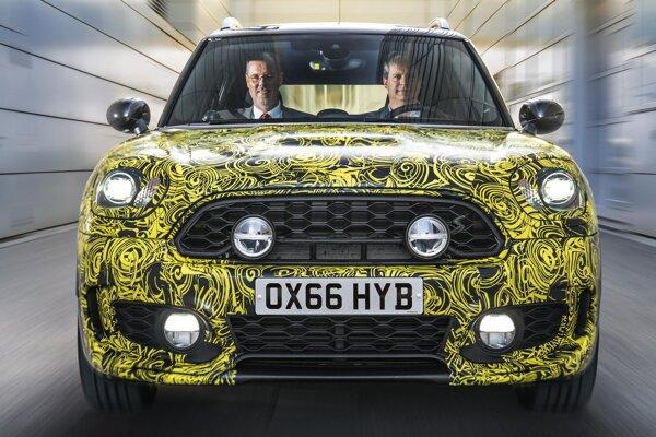 Mini s hybridným pohonom - zatiaľ s kamuflážou. Spoločnosť BMW Group oznámila, že vývoj verzie Mini s hybridným hnacím systémom je pred záverom, ale termín jej uvedenia na trh zatiaľ nezverejnila.