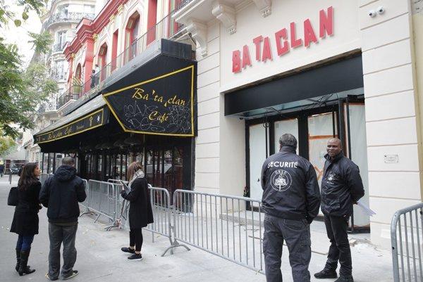 Bezpečnostné zložky hliadkujú pri zrenovovanom klube Bataclan.