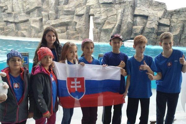 Na snímke celá slovenská výprava na MS s tromi kysuckými hráčkami, zľava Nina, Ľubana, piata zľava Lucia.