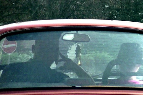 Znížená pozornosť. Používať mobil pri šoférovaní sa nemusí vyplatiť.