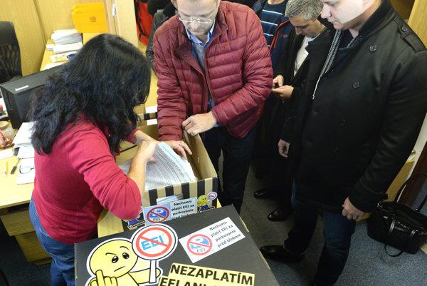 Zľava predseda petičného výboru Igor Petrovčík a člen petičného výboru Ladislav Lörinc s petíciou v podateľni.