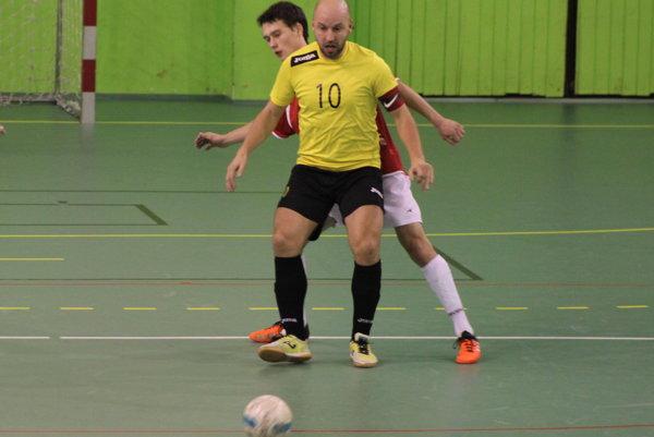 Jaroslav Šidlo (vžltom) vsúboji shosťujúcim hráčom.