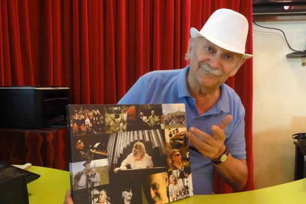 Eugen Gnoth s fotomozaikou spomienok z divadla.