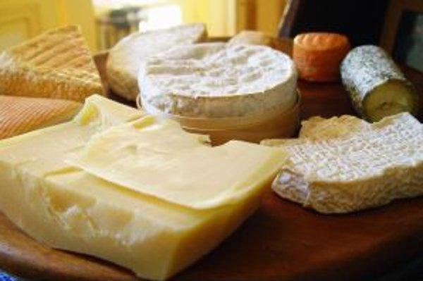Syry - sú zdravé alebo nie? Konzumácia aj väčšieho množstva syrov sa často pokladá za nutrične nevinnú záležitosť. Medzi syrmi sú však obrovské rozdiely v obsahu tuku, upozorňuje odborník na výživu.