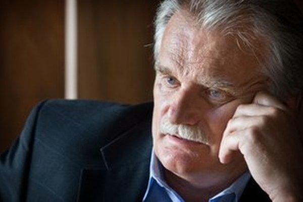 Mojmír Mamojka je poslancom Smeru a šéfom výboru Národnej rady pre vzdelávanie. V minulosti bol aj predsedom ústavnoprávneho výboru. Prezident Ivan Gašparovič ho v marci vymenoval za rektora súkromnej Vysokej školy v Sládkovičove, ktorú založil.