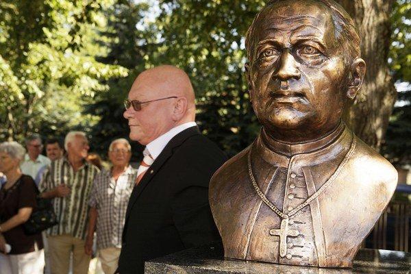 Predseda Matice slovenskej Marián Tkáč pri buste Štefana Moyzesa.