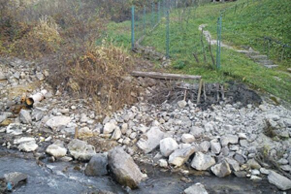 Úprava koryta potoka v Malej Čause nie je dokončená.