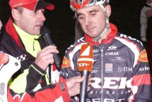 Milan Barényi (vpravo) v rozhovore so svojím bratom Romanom.