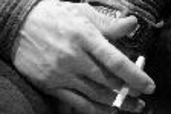 Na následky pasívneho fajčenia zomiera ročne až 19-tisíc Európanov, ktorí sami nefajčia, ale pracujú alebo sa často pohybujú v zadymenom prostredí.ILUSTRAČNÉ FOTO SME - PAVOL FUNTÁL