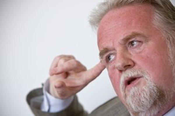 Peter Osuský je lekár. V politike začínal v Demokratickej strane. V roku 2010 ako člen OKS išiel na kandidátku MostaHídu, v roku 2012 opustil OKS a kandidoval za SaS. Strana Richarda Sulíka ho teraz nasadila do prezidentských volieb. Je ženatý, má št