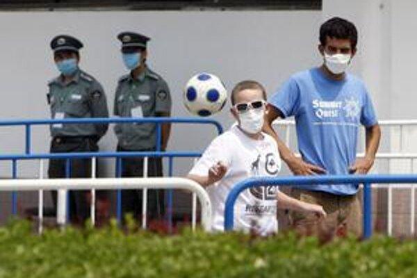 Ochorenie sa nevyhlo ani Číne. Amerických študentov v karanténe v Pekingu to od futbalu neodradilo.
