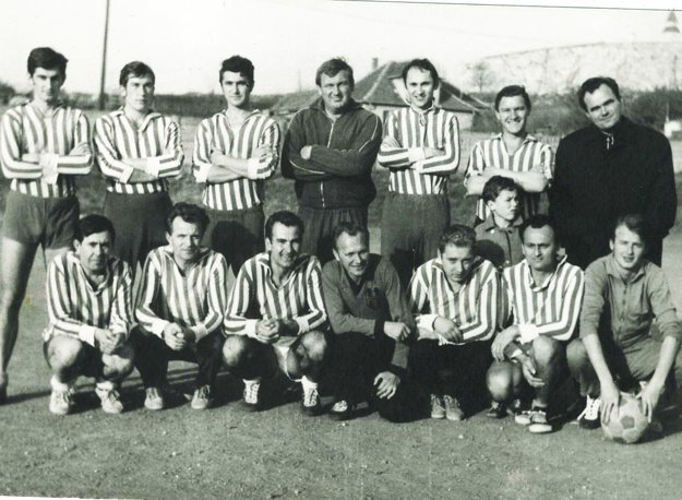 Gnoth hore tretí sprava - s kolegami učiteľmi hral futbal v klube LFC AZUR, čo bol Legendárny futbalový klub akademického zboru učiteľov reamaterizovaných.