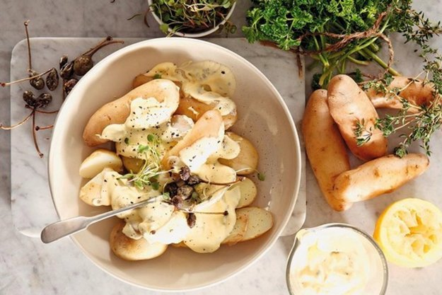 Zemiakový šalát s jogurtom, kaparami a bylinkami