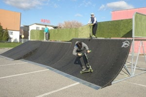 Od začiatku novembra môžu záujemcovia využívať nový skatepark, ktorý vyrástol na ploche v blízkosti niekdajšej Billy v Prievidzi.