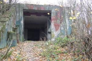 Vchod do bunkra pôsobí tajomne.