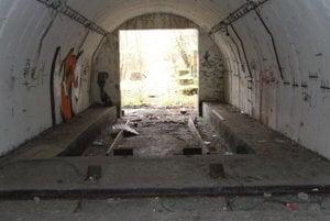 Interiér jedného z troch bunkrov. Priestory sú veľké a zachovalé. bolo by ich len trab vyčistiť a uzavrieť.