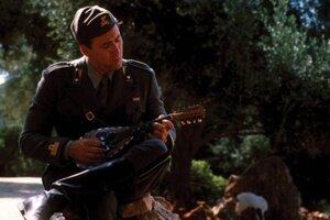 Nicolas Cage ako kapitán Antonio Corelli vo filme Mandolína kapitána Corelliho, nakrútenom podľa románu Louisa de Berniéres.