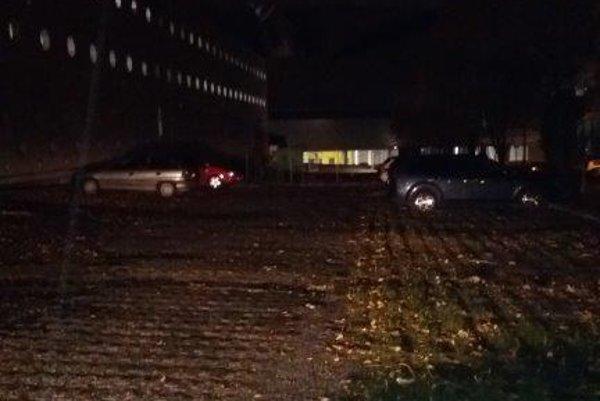 Parkovisko na Jánošíkovej. Vďaka mestskej polícii bolo pri parkovacom dome veľa voľných miest aj počas hádzanárskeho zápasu vSteel Aréne.