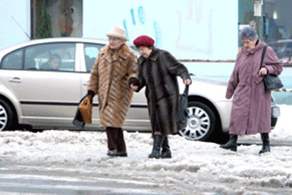 V zime majú chodci sťažený pohyb po chodníkoch a cestách.
