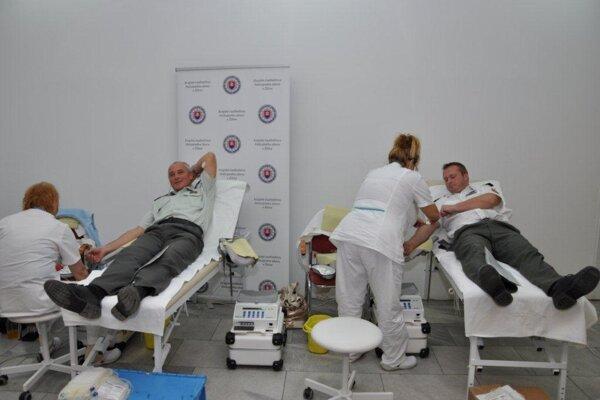 V stredu sa do  kvapky krvi zapojilo celkom 58 policajtov, medzi nimi aj vojenských z ministerstva obrany, ale aj občianskych zamestnancov, tiež ďalších darcov z Centra podpory Žilina.