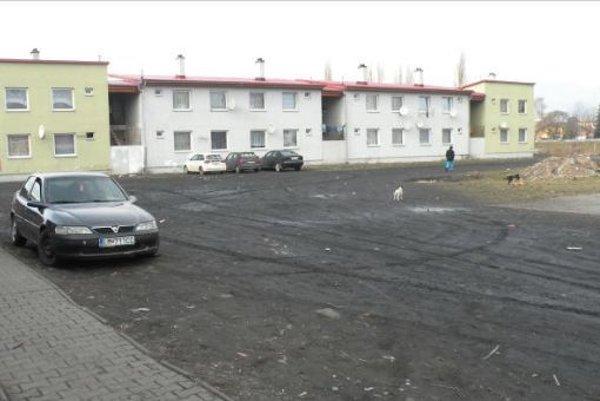 Polovicu z celkovej sumy dlhujú mestu neplatiči z bytov v prevažne rómskej osade Hlboké.