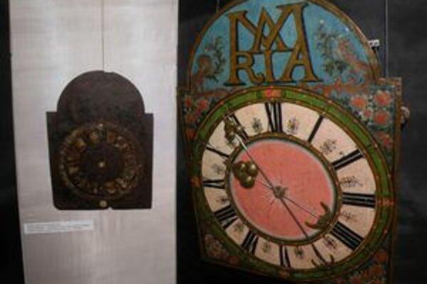 Plechové hodiny pochádzajú z 18. a 19. storočia.