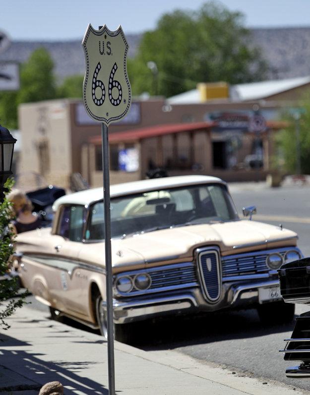Dva symboly Ameriky. Route 66 a obrovský krížnik ciest.
