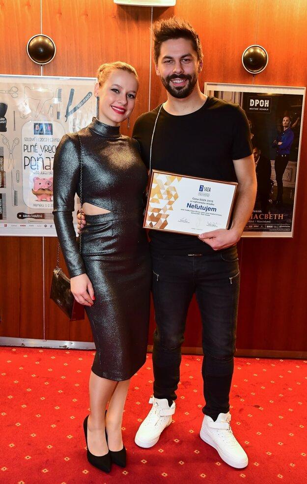 Adam Ďurica s priateľkou Kikou. Spevák cenu venoval svojej láske.