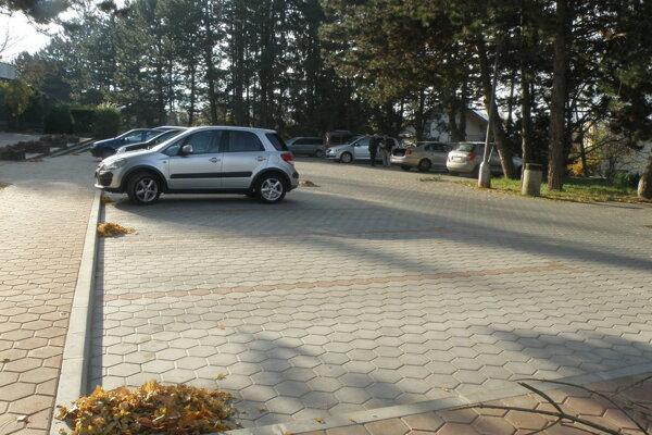 Spevnené plochy.Parkovať na nich budú autá hlavne počas pohrebov.