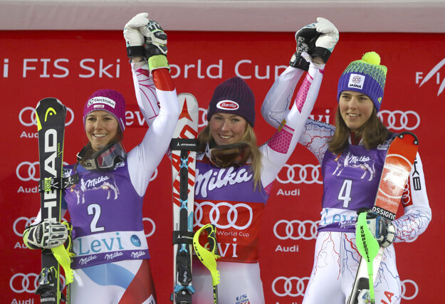 Petra Vlhová (vpravo) sa raduje z tretieho miesta. V strede víťazka Mikaela Shiffrinová a vľavo druhá Wendy Holdenerová