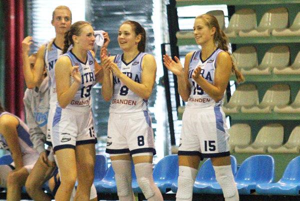 Mladé basketbalistky Nitry sa tešia z druhého víťazstva. Zľava Škublová, Fehérová, Martišková a Kováčiková.