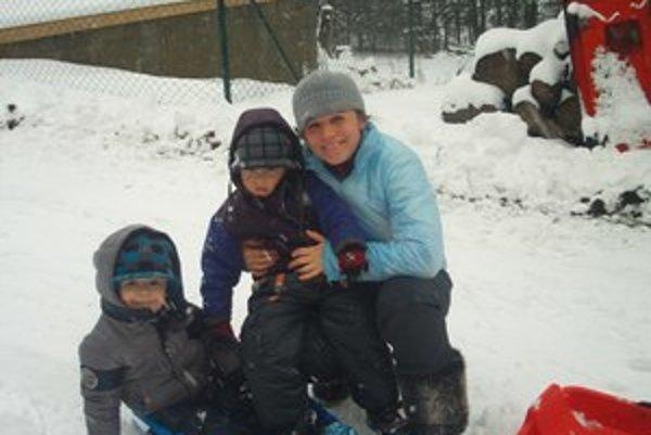Iveta Dobišová so svojimi dvomi synmi ešte na úteku.