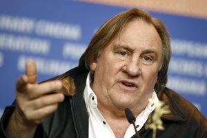 Herec Gérard Depardieu počas tlačovej konferencie v Berlíne.