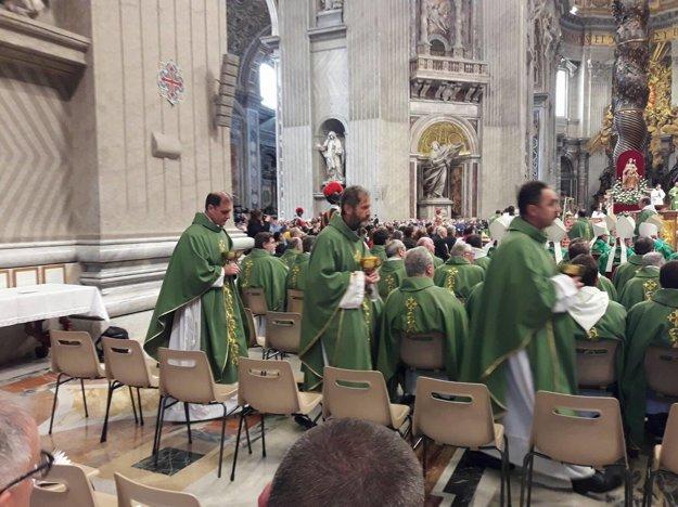 V bazilike sv. Petra. Bežecký odev vystriedalo kňazské rúcho. Peter Gombita ide rozdávať sv. prijímanie.
