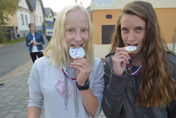 Medailistky - mladšie dorastenky z Kremnice, zľava strieborná Timea Mazúrová, zlatá Monika Bieliková.