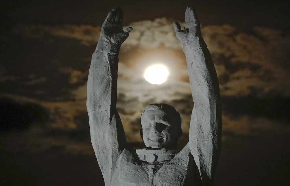 Mesiac nad sochou prvého kozmonauta Jurija Gagarina v Kazachstane. FOTO – TASR/AP