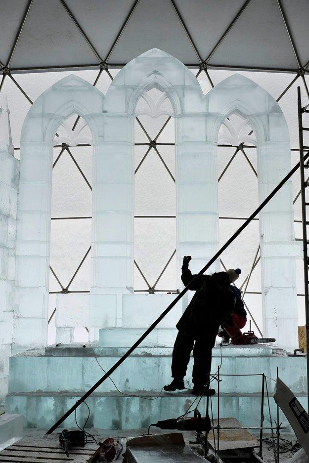 Stavanie časti oltára z ľadových kvádrov.