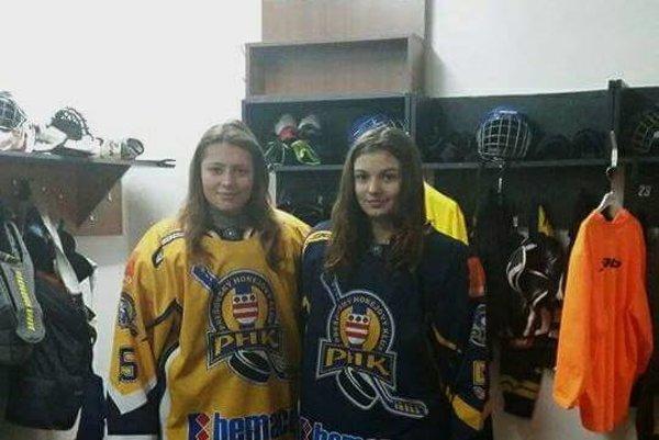 Ema Šándorová (napravo)v šatni.