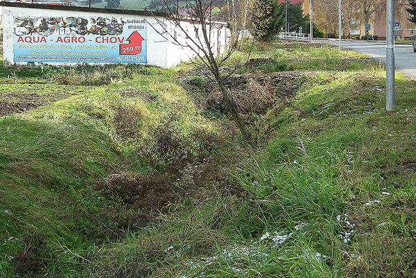 Nepekne vyzerajúci rigol chce obec prekryť a postaviť na ňom garáže.