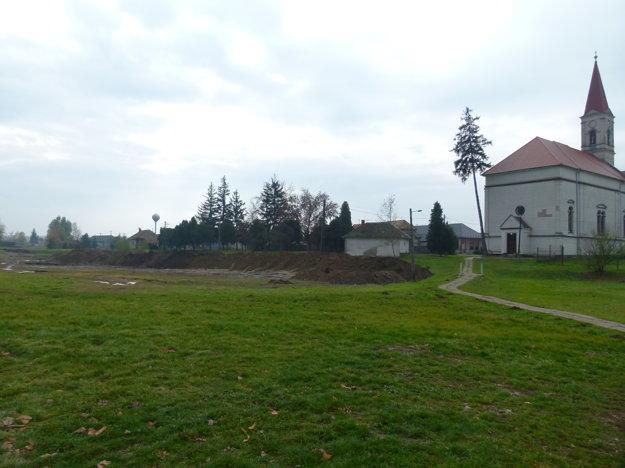 V súčasnosti, keď je vykopaný odvodňovací jarok do Hrona.