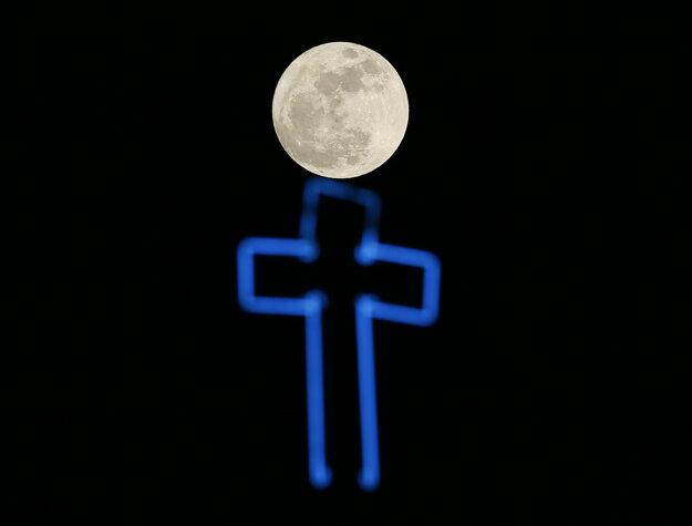 Manila - Mesiac nad rímskokatolíckym kostolom.