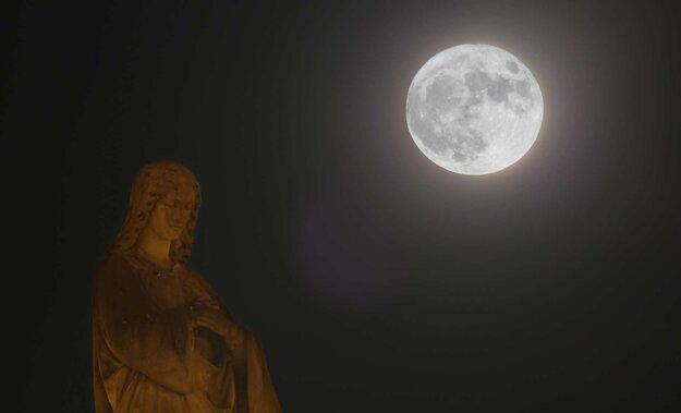 .... a pohladil svojou tajomnou žiarou Pannu Máriu na Mariánskom stĺpe.