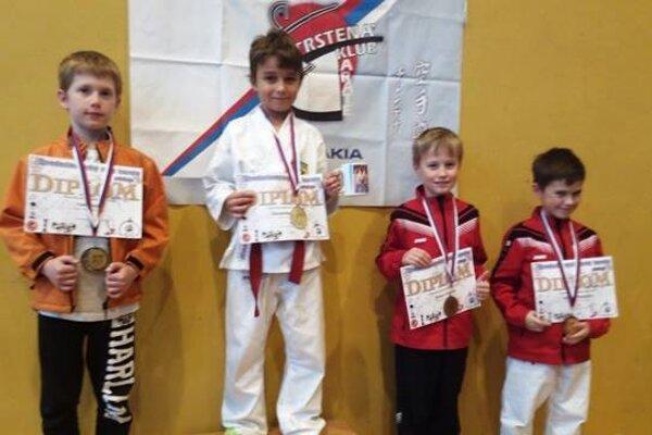Broďani Alexander (v strede) so zlatou medailou.