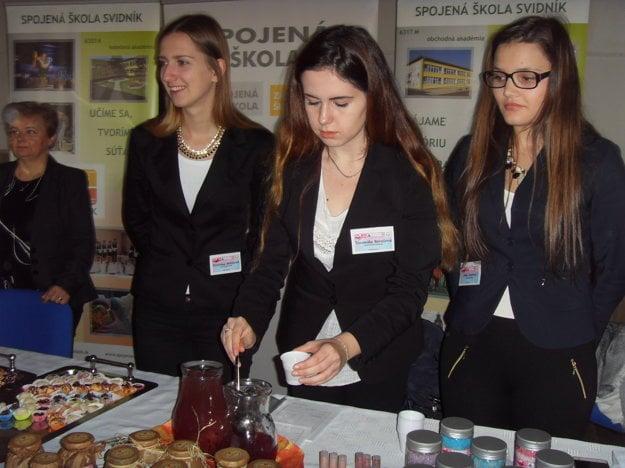 Študentky zo Svidníka ponúkali vlastnoručne vyrobený pečený čaj.