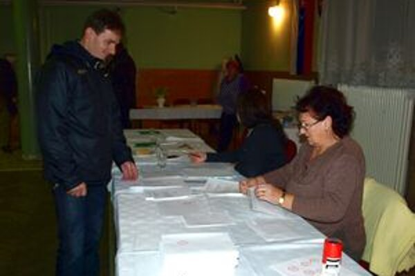 Do volebnej miestnosti chodia obyvatelia Diviackej Novej Vsi priebežne.