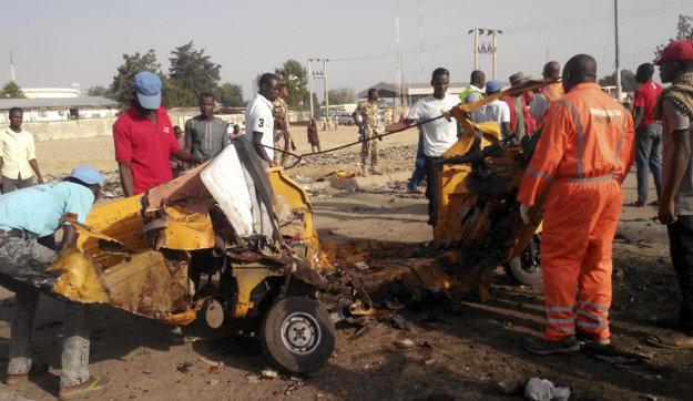 Teroristi už nekontrolujú územia, zameriavajú sa na samovražedné útoky. Pri jednom z nich sa v Maidiguri odpálili dve ženy, zabili seba a deväť ľudí.